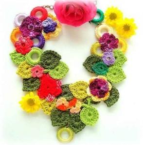 Цветочное вязаное украшение на шею