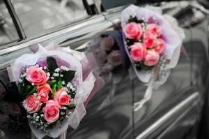 букеты розовых роз на ручках авто