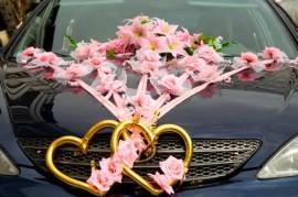 Украшение машины сердцами, цветами и розовыми лентами