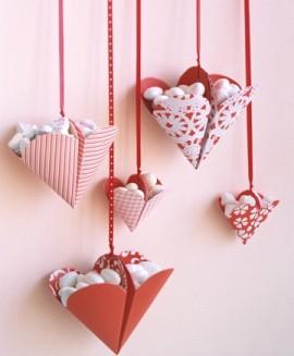 Сердечки с конфетами на день всех влюбленных