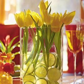 тюльпаны в воде с лимонами