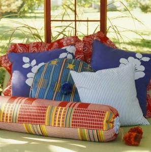 украшения подушками садовой мебели