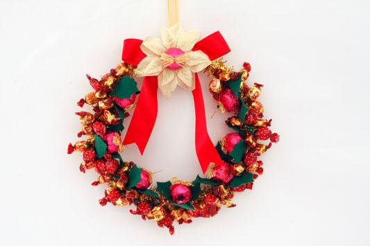 Рождественские венки с конфетами своими руками