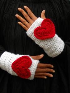 Украшение рукавичек сердечками