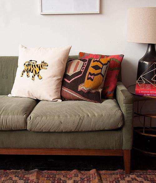 Украшение подушки вышивкой
