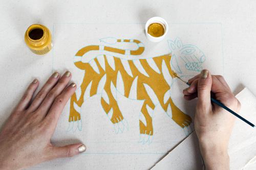 Украшение ткани росписью
