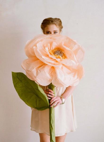 Огромный цветок из бумаги